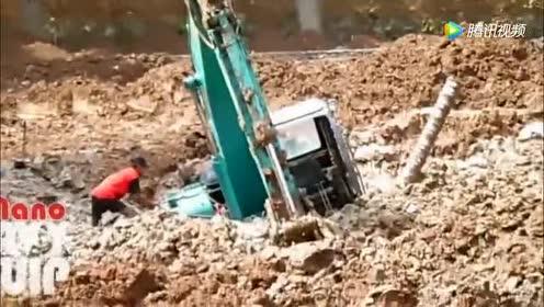 挖掘机陷淤泥!司机拿锄头挖!你能挖出来!算我输!
