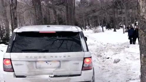 老司机玩车猛如虎,雪地开路虎玩越野差点撞树,太狠了!