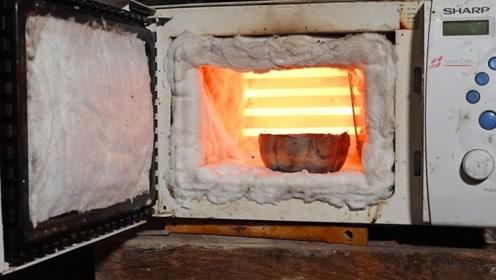 微波炉还可以用来熔化金属?老外对它进行改造,网友:那食物会不会烧掉