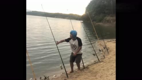 """钓鱼时拍到的,没想到来了个""""妖怪"""",接下来动作真逗!"""
