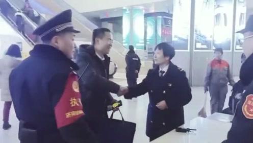 回家交任务一万元的红包遗落车站,安检员紧急寻人