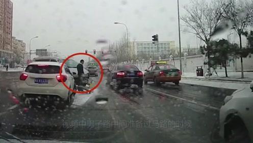 男子身后发生撞车后,依旧淡定过马路,这内心真强大!
