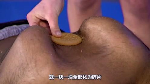 牛人用背夹碎饼干,创造吉尼斯世界纪录,网友:这还是人吗?