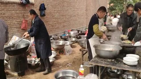 在农村吃大席,招待六十桌客人,厨师们会忙成啥样?真是开眼了!
