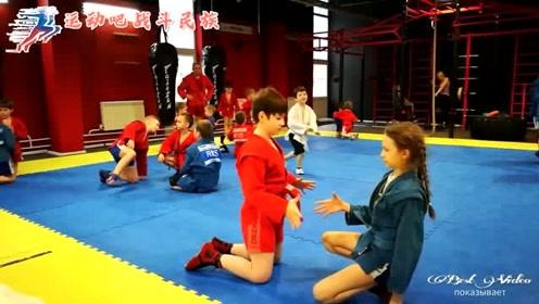 注孤生!俄罗斯小男孩给女队员做格斗陪练,下手毫不留情