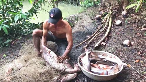 浑浊的老塘,大叔随便撒网下去,结果收获满满一大盆野货,太棒了