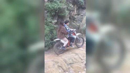 带妞骑摩托车越野,胆子大了技术就好!