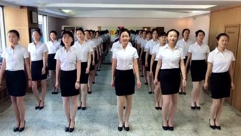 艺考的姑娘加班练气质,怎么越看越像服务员了?