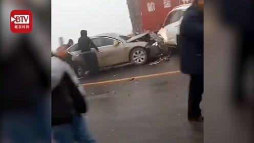 河北南和县数十辆车连环相撞 交警:天气原因所致 暂无人员伤亡