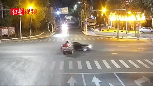 十字路口互不相让,三轮车撞上宾利,宾利车损15万