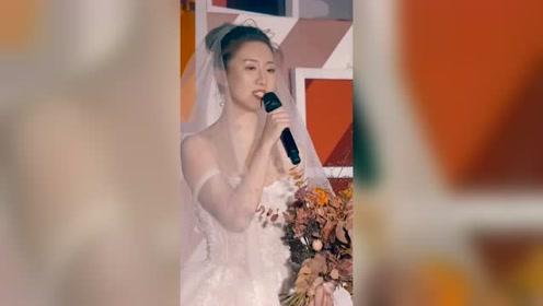 新娘亲自主持婚礼,台下亲友泪流满面!