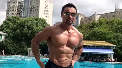 让肌肉晒晒太阳,健美大叔游泳池摆造型,能迷倒多少人?