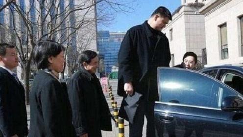 中国第一巨人姚明座驾曝光,车身高达2.8米,内饰豪华程度不敢想象
