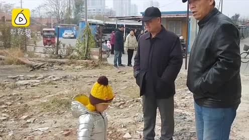 小区污水外溢居民不敢开窗,物管称被城管轧坏,物管:没证据