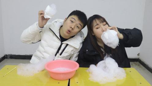 2人自制泡泡机大PK,没想苏喂吹出的泡泡又大又长,好玩