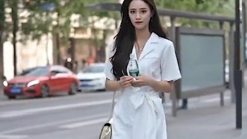 女孩太有女神范了,选择白裙装出行,穿出了优雅端庄有气质!