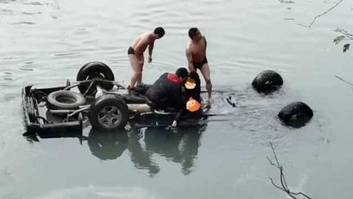一次又一次!重庆巫溪皮卡车意外坠河,3路人脱衣潜水中救人