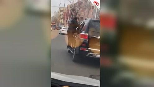 大连73岁老人挂SUV外行驶数百米 老人女儿:母亲已住院