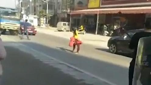 四川一精神病患者闹市街头挥刀拦车  路人吓得四处逃散
