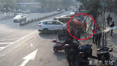 女司机驾车冲向人行道撞伤老人及小孩 监拍恐怖一幕