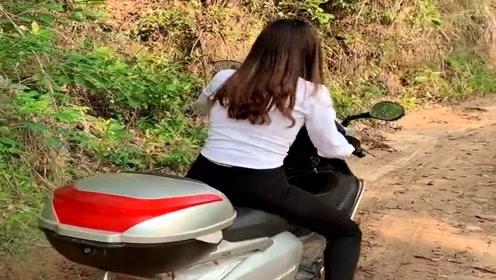 农村小媳妇骑摩托车赶集,遇到这种泥浆路直接加油门,太任性了!