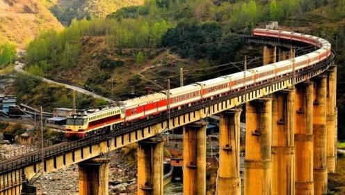 中国最特殊的大桥,火车经过要鸣笛30秒,只因下面埋着一位少年