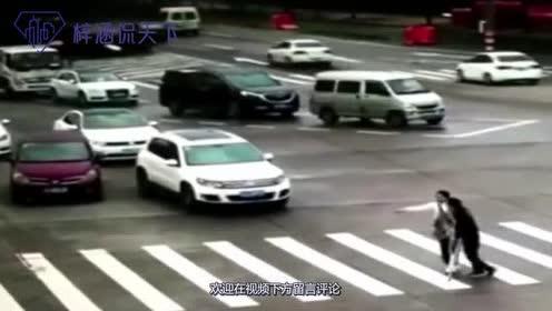 女司机正在等红灯!突然下车拔腿狂奔!镜头拉近才知真相不一般