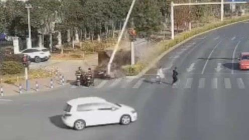 天降横祸!两辆电动车等红绿灯,小车冲过绿化带撞来:1死1伤