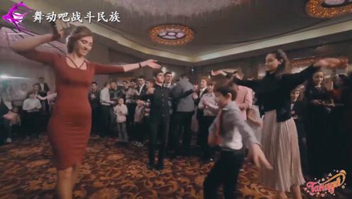 人小鬼大!8岁小男孩邀请姐姐们跳舞,大家都被这一幕逗笑了