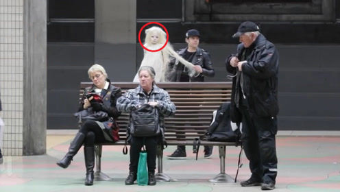 """街头恶作剧:抱着""""洋娃娃""""整蛊路人,不料把警察给引来了!"""