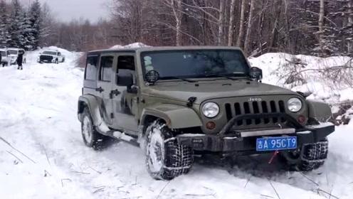 城里的老司机开吉普车来玩雪,这动力简直太强了,真猛!
