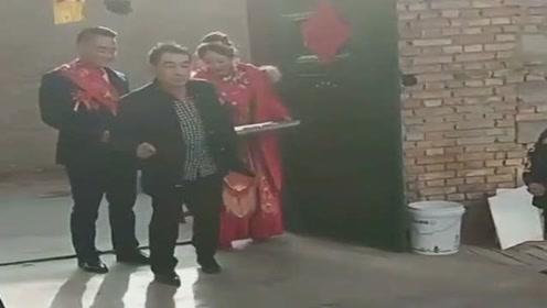大叔这动作好搞笑,把新郎新娘领进门,以后的幸福路要自己走了!