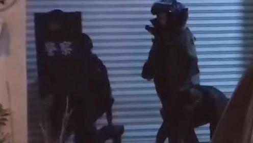 实拍!台5旬男子与警察火拼 被警方发射催泪弹开一百多枪制服