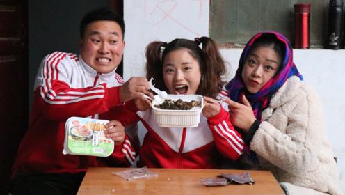 搞笑童年:妈妈给我买了自热米饭,里面还有爱吃的肉,太喜欢了