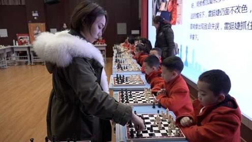 国际象棋世界冠军雷挺婕回母校,与36位小学生展开车轮战