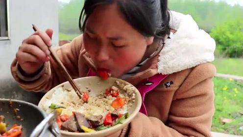 """农村地道""""土匪猪肝""""怎么吃?胖妹一锅米饭端上桌,抱着吃上瘾"""