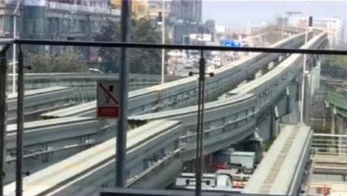 重庆这条轻轨火了,比穿楼轻轨还要刺激,全程腿在发抖!