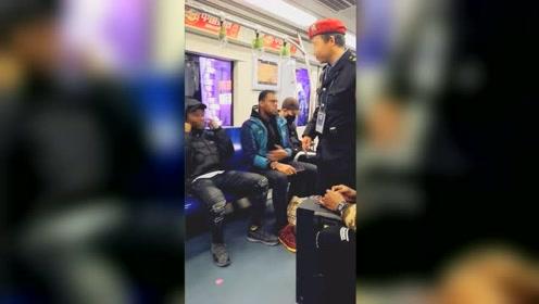 外籍小伙地铁内喧哗被制止:用手捂耳朵,中文说听不懂