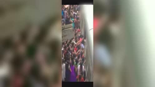 实拍印度火车到底有多恐怖 敢坐的都是英雄!