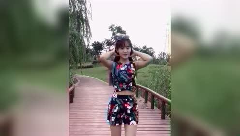 小美女桥上跳打糕舞,舞姿美得胜过风景