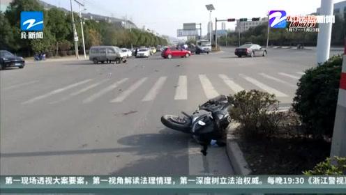 """监拍二轮摩托车载多人闯红灯 """"飞出去了"""""""