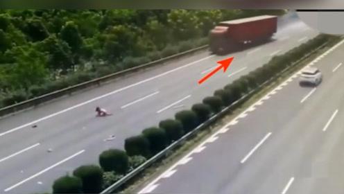 高速惊魂!高速女子被甩飞,后方来车大货车,能否逃生?