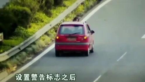 心真大!女司机快车道上停车检修,结果被后方汽车直接撞飞