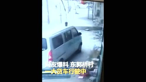 监拍一大货车行驶中轮胎突然脱落 路旁汽车被砸