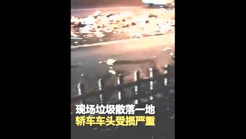 河北沧州街头两车发生追尾 现场垃圾散落一地
