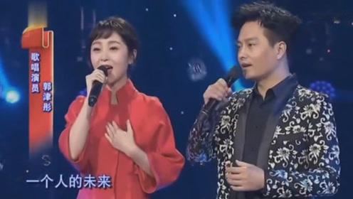 云飞和老婆郭津彤舞台上演唱《你若盛开》台下观众呐喊欢呼!