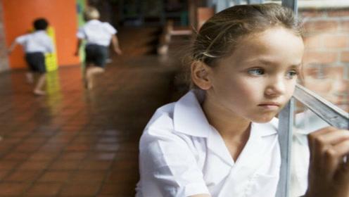 孩子不合群独自玩耍,如何改善孩子孤僻的性格?这位宝妈这样做的
