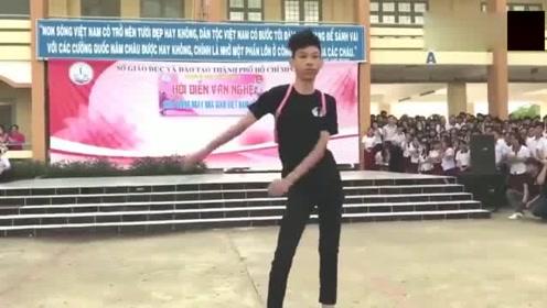中学生双肩包甩手舞蹈, 腰、手、眼神合一, 谁能比他快!