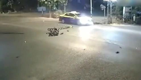 三辆车撞在一起,你说谁要负责任了,看完监控才明白!