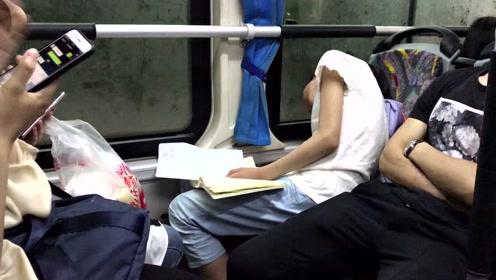 心疼!小女生公交车上写作业,累瘫在座位上!
